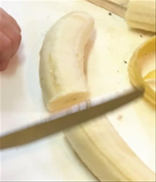 バナナを向いて切る